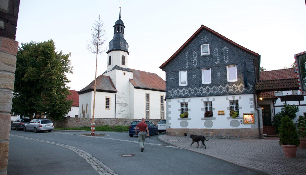 Landhotel Kains Hof mit Kirche in Weißen