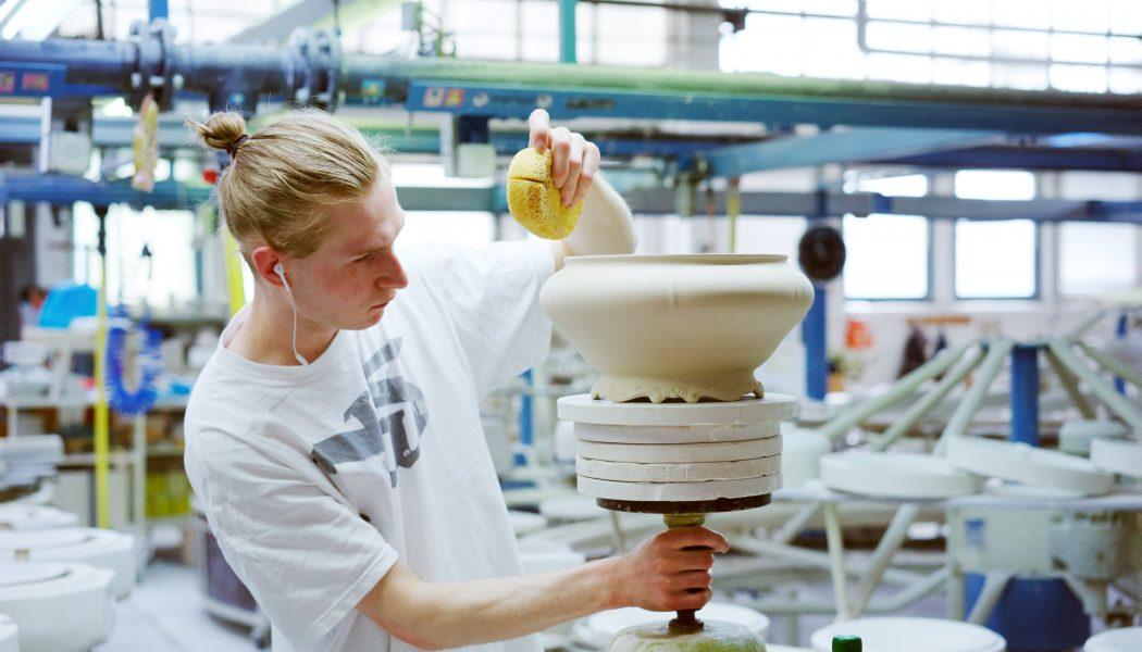 In  der Produktion bei Weimar Porzellan