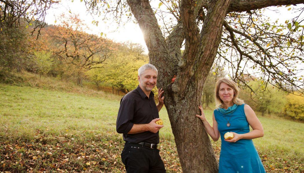 Alexander Pilling und Susanne Mohr auf ihren Streuobstwiesen der Obstweinkellerei Röttelmisch