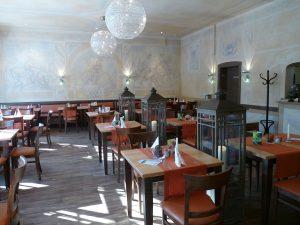Der gemütliche Restaurantbereich lädt zum Verweilen ein.