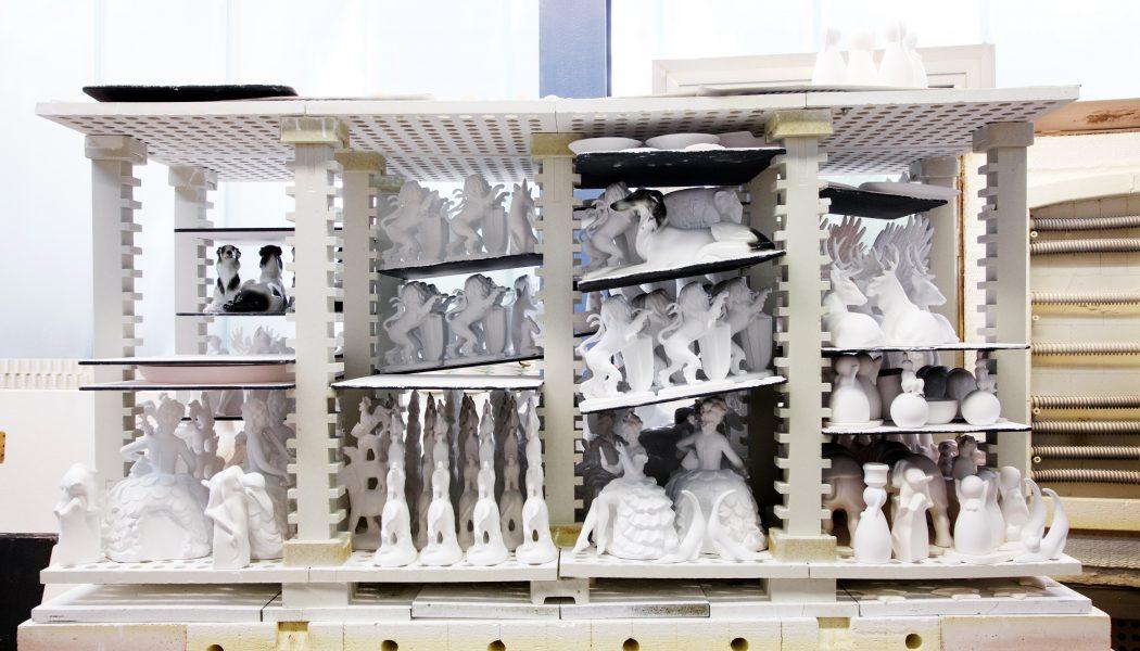 Wagner & Apel Porzellanfiguren gestapelt für den Brand