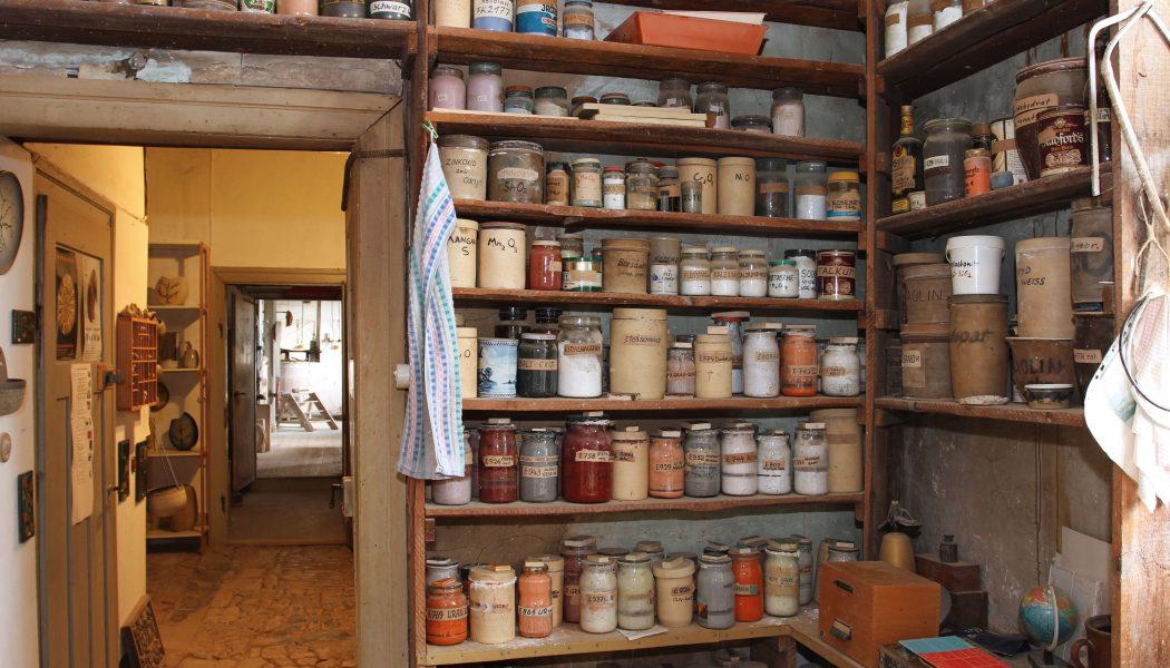 Glasurregal in der Bauhaus-Werkstatt in Dornburg